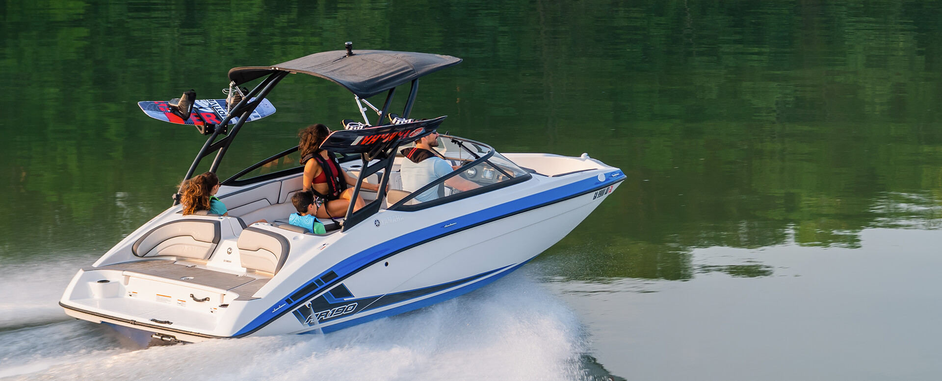 yamaha-boat-ar-190-2019-white-blue-family-driving-wakeboards-1